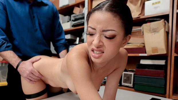shoplyfter-18-10-31-scarlett-bloom.jpg