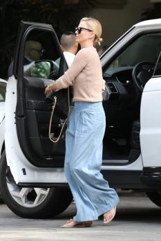 Charlize-Theron-out-in-Beverly-Hills-11%2F4%2F18-w6sf4qiuqw.jpg