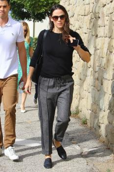 Jennifer Garner arriving at church in Pacific Palisades 11/4/18 i6sf4mvkhj.jpg