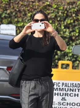 Jennifer Garner arriving at church in Pacific Palisades 11/4/18 z6sf4o3lhi.jpg