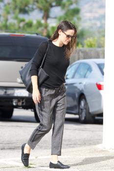 Jennifer-Garner-arriving-at-church-in-Pacific-Palisades-11%2F4%2F18-36sf4pkfz4.jpg