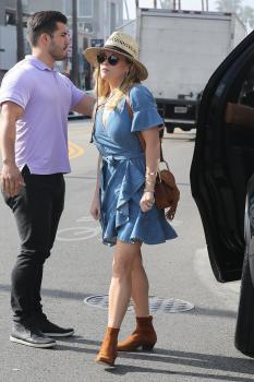 Reese-Witherspoon-out-for-dinner-at-Gjelina-in-Venice-11%2F4%2F18-s6sf4lbzqo.jpg
