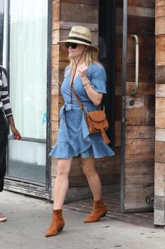 Reese-Witherspoon-out-for-dinner-at-Gjelina-in-Venice-11%2F4%2F18-06sf4ljsqc.jpg