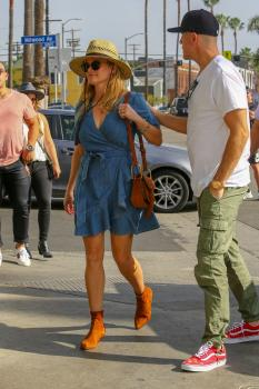Reese Witherspoon out for dinner at Gjelina in Venice 11/4/18 v6sf4m16iy.jpg