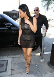 kim-kardashian-out-for-lunch-in-la-42017-18.jpg