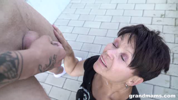 grandmams-18-10-23-public-granny-fuck.png